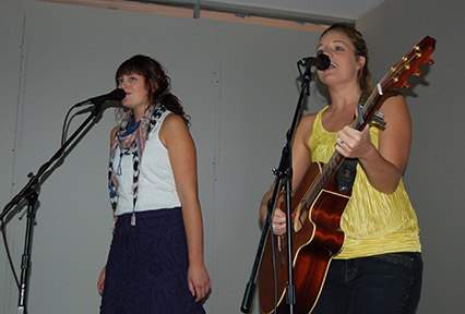 Sister act duo Adelee & Gentry perform music from their new album in the Floyd Student Center. Adelee (right) started playing guitar at age 10. Photo by Anna Douglass.