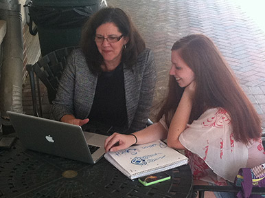 Faculty mentor Cindy Davidson (left) discusses graduation with Cartersville student Jennifer Grubb. Photo by Chazmyane Griffin.